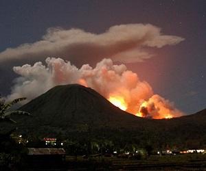 Вулкан Локон парализовал работу аэропорта в Индонезии
